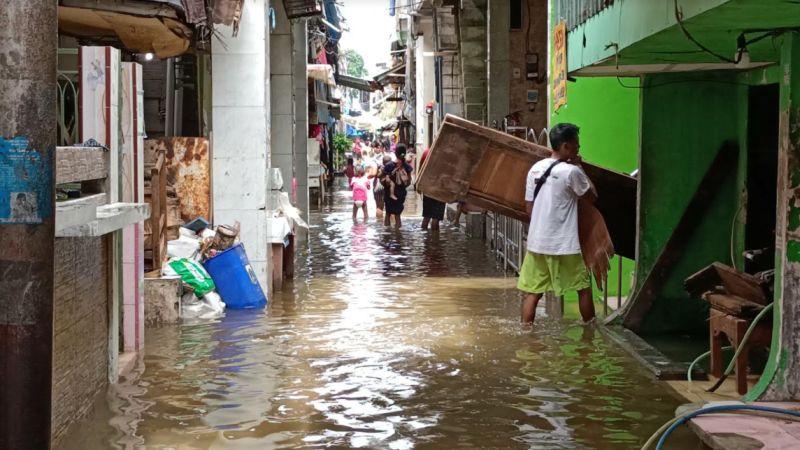 https: img.okezone.com content 2021 05 18 338 2411682 diguyur-hujan-3-jam-pemukiman-padat-penduduk-di-muara-baru-banjir-4IWqx68RRO.jpg