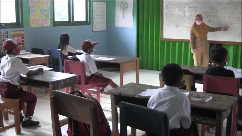 https: img.okezone.com content 2021 05 18 338 2411764 sekolah-tatap-muka-di-jakarta-hanya-kelas-praktik-y5WPPshPUu.jpg