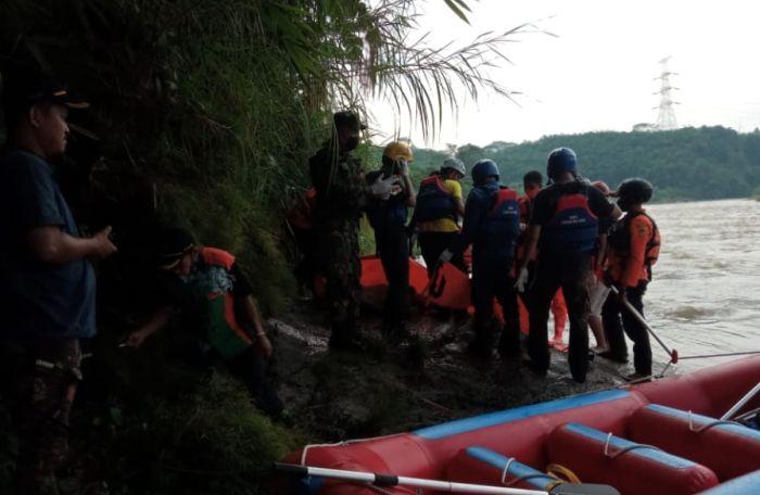 https: img.okezone.com content 2021 05 18 338 2412006 mayat-pria-tanpa-identitas-ditemukan-di-sungai-cisadane-Z52onqD9Tg.jpg