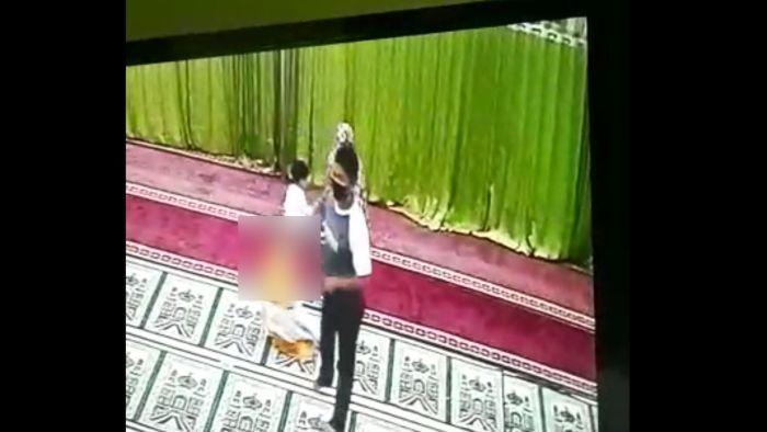 https: img.okezone.com content 2021 05 18 340 2411985 terekam-cctv-pria-ini-nekat-lecehkan-bocah-di-dalam-masjid-TUfD3lFxl8.jpg
