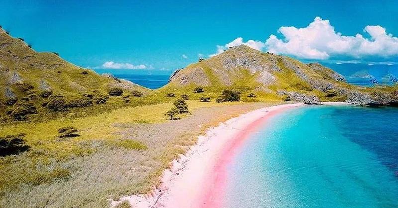 https: img.okezone.com content 2021 05 18 408 2411945 cantiknya-pink-beach-di-pulau-komodo-bikin-lelah-langsung-hilang-RSYUG1kwG7.jpg