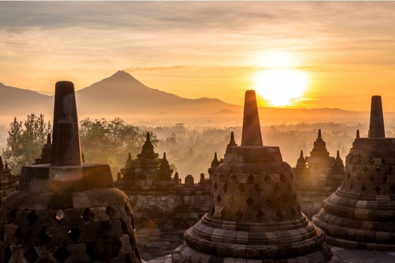 https: img.okezone.com content 2021 05 19 406 2412173 traveler-malaysia-sebut-candi-borobudur-di-yogya-ini-fakta-dan-mitos-seputar-borobudur-Ee1RlZyi0K.jpg