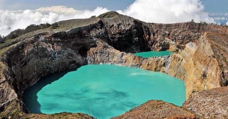 https: img.okezone.com content 2021 05 19 408 2412335 danau-punya-3-warna-pesona-gunung-kelimutu-benar-benar-menyegarkan-JIOqXEvW28.jpg