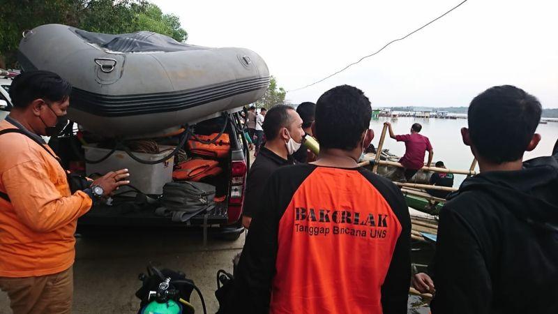 https: img.okezone.com content 2021 05 19 65 2412234 kisah-bakorlak-sar-uns-evakuasi-3-jenazah-insiden-perahu-terbaik-waduk-kedung-ombo-2Lrt9HXIvT.jpg