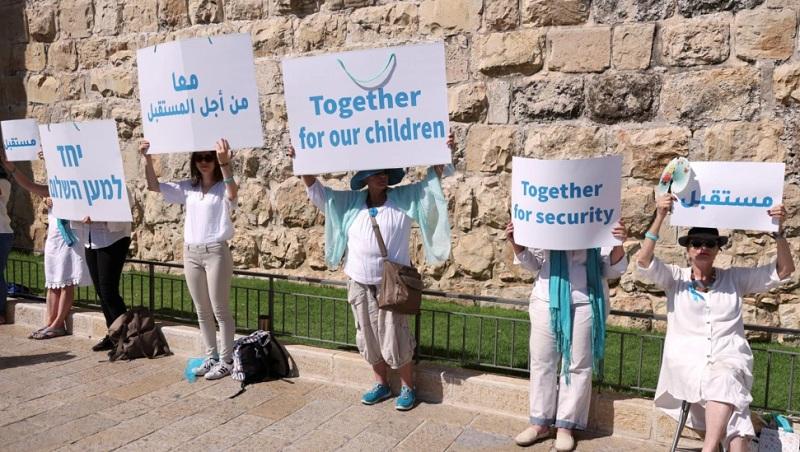 https: img.okezone.com content 2021 05 20 18 2412691 berpakaian-putih-aktivis-perempuan-yerusalem-serukan-perdamaian-cxNFoNGwML.jpg