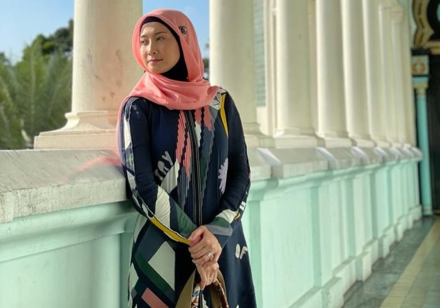 https: img.okezone.com content 2021 05 20 194 2412695 intip-5-gaya-hijab-desy-ratnasari-awet-muda-dan-tetap-memesona-DqRPmYb9mm.jpg