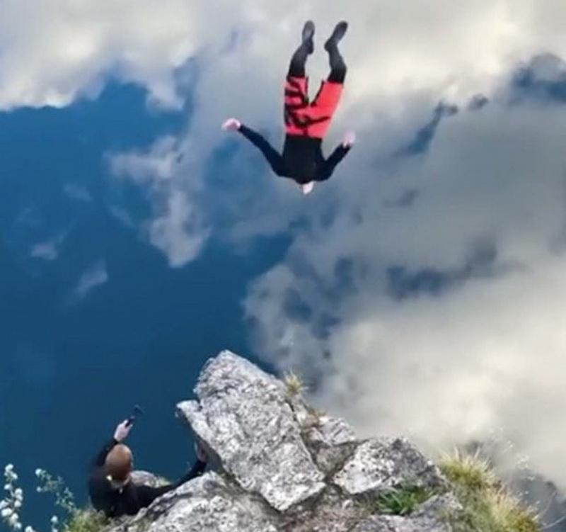 https: img.okezone.com content 2021 05 20 406 2413209 viral-video-pria-tampak-melompat-dari-ujung-tebing-YEwffmQdkv.jpg