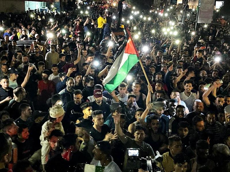 https: img.okezone.com content 2021 05 21 18 2413355 warga-palestina-turun-ke-jalan-rayakan-gencatan-senjata-E6qEYvd4GL.jpg