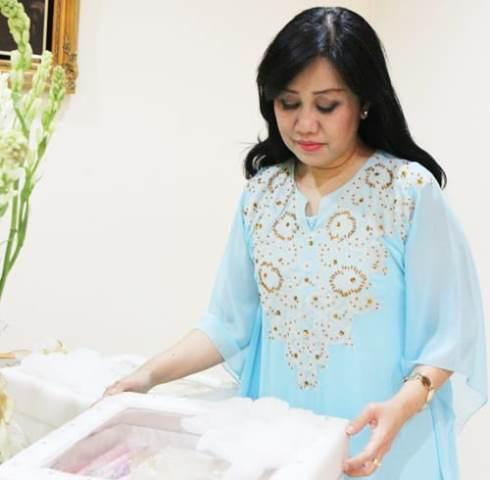 https: img.okezone.com content 2021 05 21 194 2413292 etty-bachir-sarjana-hukum-yang-geluti-batik-rumahan-hingga-go-international-zVMx7QUBEH.jpg