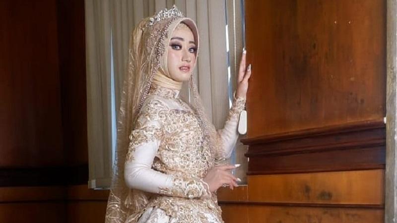 https: img.okezone.com content 2021 05 21 194 2413353 5-gaun-pengantin-simpel-untuk-hijabers-tampil-memesona-di-hari-pernikahan-rNEHxGPBJG.jpg