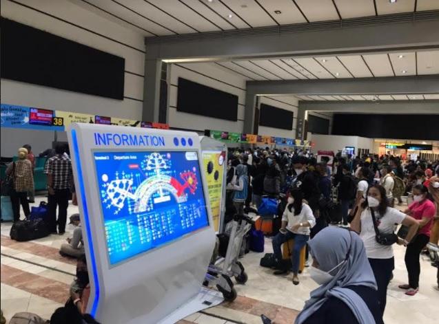 https: img.okezone.com content 2021 05 21 337 2413576 duh-ratusan-penumpang-lion-air-terlantar-di-bandara-soetta-4z9kCjV2r7.jpg