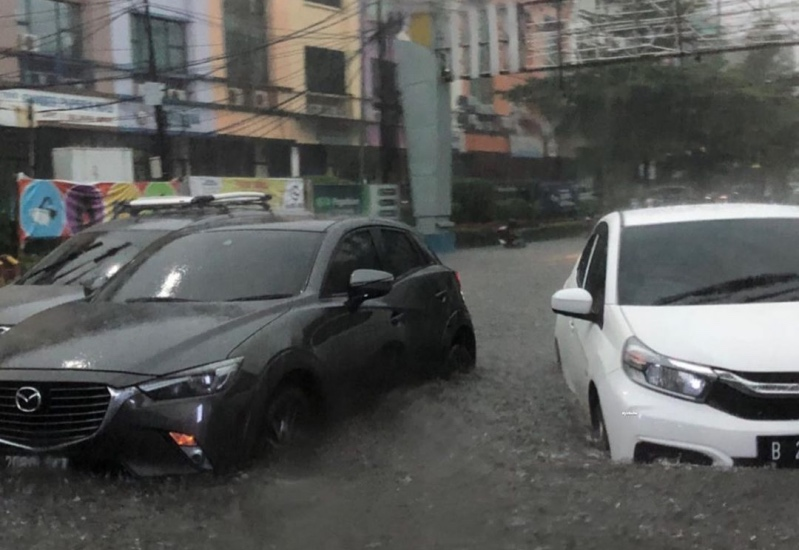 https: img.okezone.com content 2021 05 21 338 2413665 jakarta-hujan-deras-mobil-di-jalan-fatmawati-terendam-banjir-c0Y0dveKD3.jpg