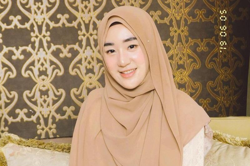 https: img.okezone.com content 2021 05 21 617 2413320 5-gaya-hijab-cantik-larissa-chou-di-tengah-gugat-cerai-alvin-faiz-t94EazKakF.jpg