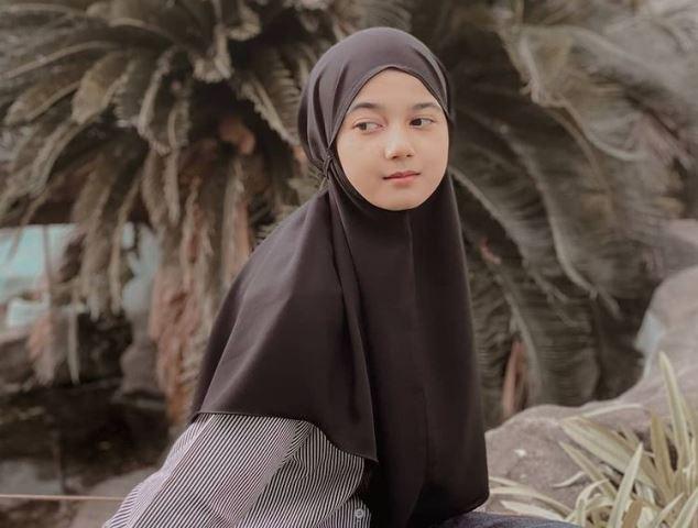 https: img.okezone.com content 2021 05 21 617 2413454 5-gaya-hijab-modis-cut-rauzha-amalia-gadis-aceh-yang-disebut-duta-truk-SeNzN4TLzs.jpg