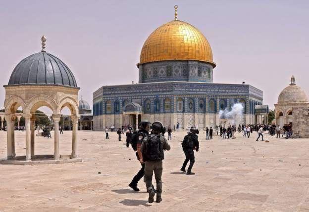 https: img.okezone.com content 2021 05 22 18 2413799 bentrok-di-masjid-al-aqsa-pecah-usai-sholat-jumat-banyak-korban-luka-mCJy8pRzPe.jpg