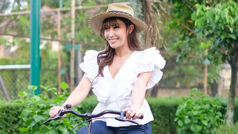 https: img.okezone.com content 2021 05 22 194 2413975 4-gaya-ootd-ayu-dewi-cantik-feminin-628dd61Eke.jpg