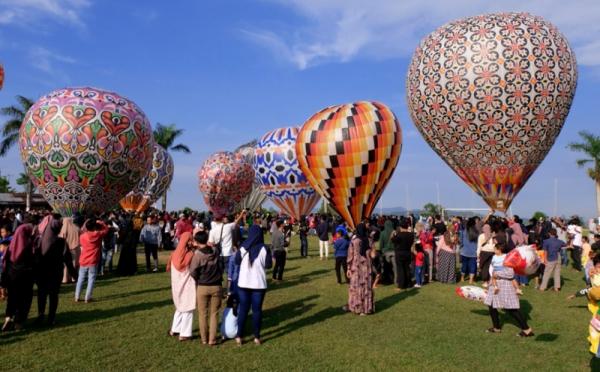 https: img.okezone.com content 2021 05 22 320 2414001 kemenhub-tindak-tegas-pelaku-penerbangan-balon-udara-liar-YyKomiwk79.jpg