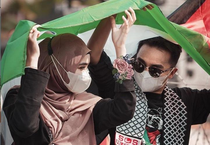 https: img.okezone.com content 2021 05 22 33 2413861 gandeng-istri-taqy-malik-ikut-aksi-bela-palestina-di-depan-kedubes-as-YFo1cnjjy9.jpg