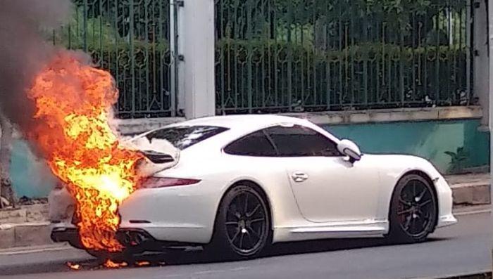 https: img.okezone.com content 2021 05 22 338 2414041 mobil-sport-berwarna-putih-terbakar-di-kelapa-gading-WArFn78VzB.jpg
