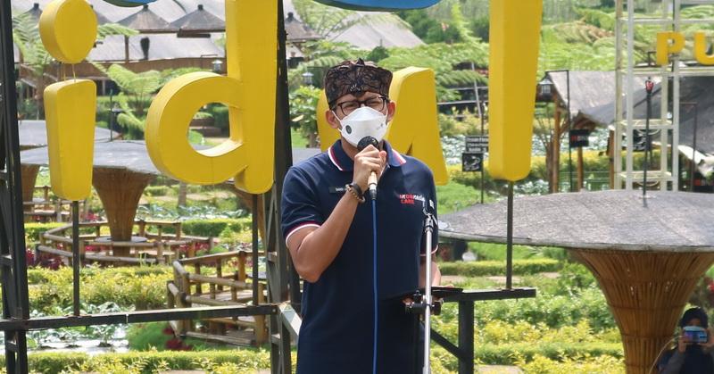 https: img.okezone.com content 2021 05 22 406 2414072 sandiaga-uno-sebut-desa-wisata-simbol-kebangkitan-ekonomi-indonesia-RZy4m5Z0OO.jpg