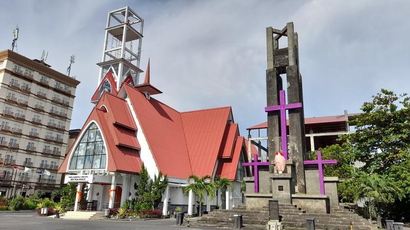 https: img.okezone.com content 2021 05 22 408 2414052 tugu-dan-gereja-gmim-sentrum-saksi-sejarah-perang-dunia-ke-2-di-manado-AuZLMvlEMt.jpg