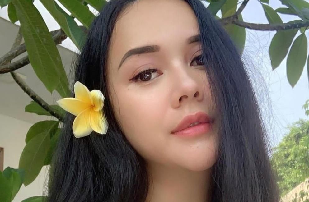 https: img.okezone.com content 2021 05 23 33 2414114 seksinya-aura-kasih-nyangkul-di-ladang-6OvjReN2UO.jpg