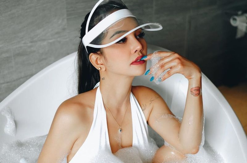 https: img.okezone.com content 2021 05 23 33 2414288 intip-seksinya-dj-joana-mandi-di-bathtub-netizen-tolong-hilangkan-busanya-oyderEmS7Q.jpg