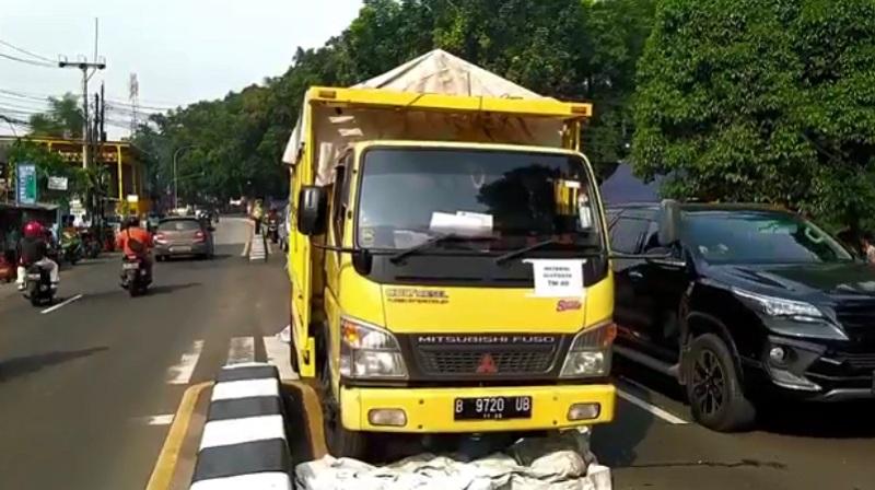 https: img.okezone.com content 2021 05 23 338 2414269 pengendara-motor-tewas-terlindas-truk-penangkut-alutsista-di-jalan-raya-bogor-iKcWBNogFj.jpg