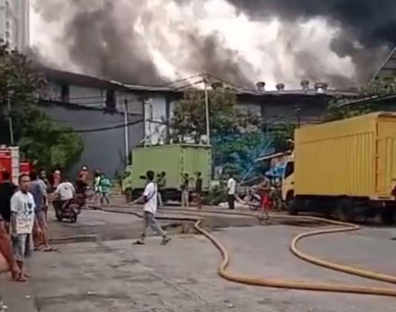 https: img.okezone.com content 2021 05 23 338 2414327 gudang-kopi-di-cengkareng-terbakar-19-unit-damkar-diterjunkan-p3VBq926tM.jpg