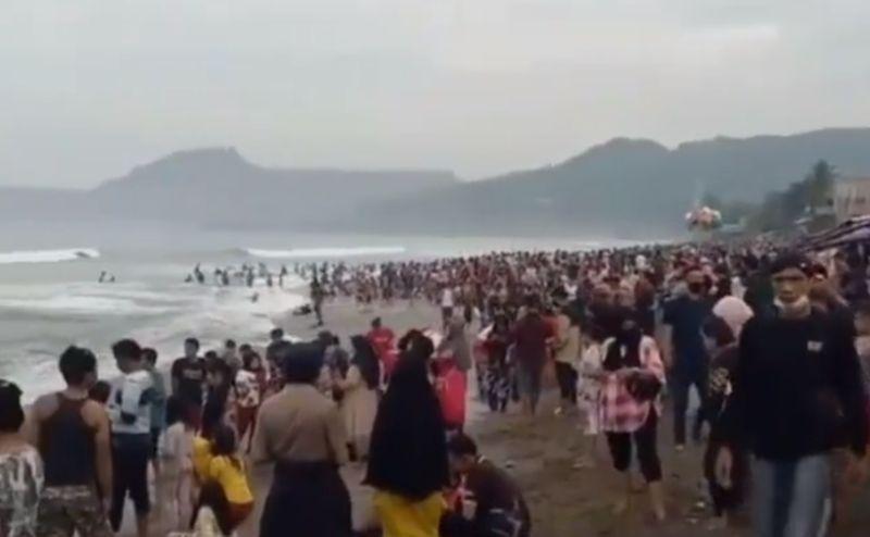 https: img.okezone.com content 2021 05 23 525 2414337 viral-wisatawan-pantai-pelabuhan-ratu-membeludak-aparat-teriak-teriak-suruh-bubar-NKBG22w7P8.jpg