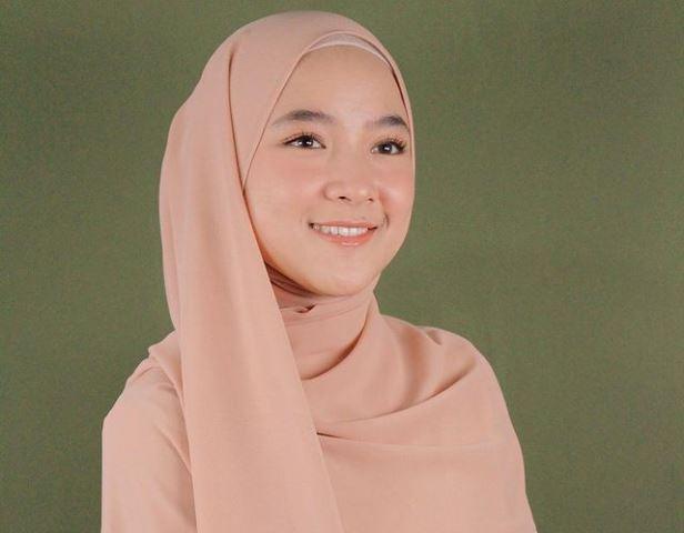 https: img.okezone.com content 2021 05 23 617 2414216 4-inspirasi-gaya-hijab-nissa-sabyan-girly-dan-fashionable-banget-2KqrhR1qWn.jpg