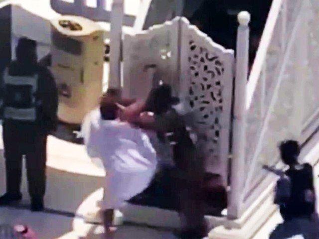 https: img.okezone.com content 2021 05 24 18 2414486 pria-yang-coba-serang-imam-masjidil-haram-mengklaim-sebagai-imam-mahdi-UdMvDzeA5W.jpg