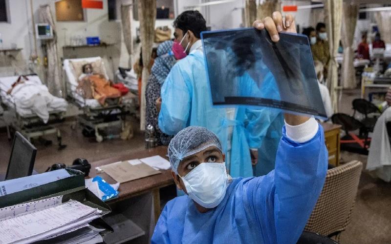https: img.okezone.com content 2021 05 24 18 2414502 india-laporkan-9-000-kasus-infeksi-langka-jamur-hitam-2sYvFNrOlv.jpg