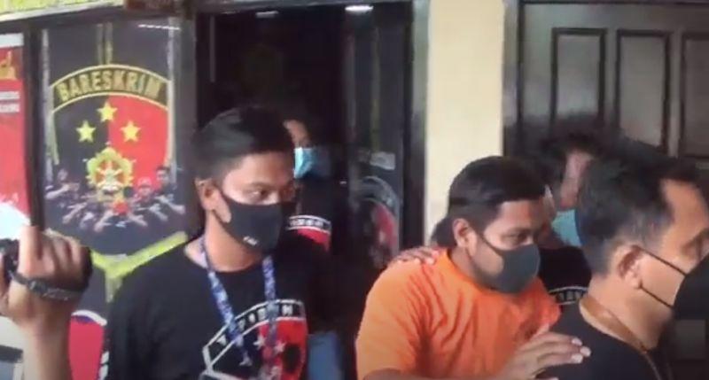 https: img.okezone.com content 2021 05 24 519 2414807 anggota-dprd-dalang-kasus-penembakan-di-bangkalan-ditahan-polisi-RUAOdRKh6a.jpg