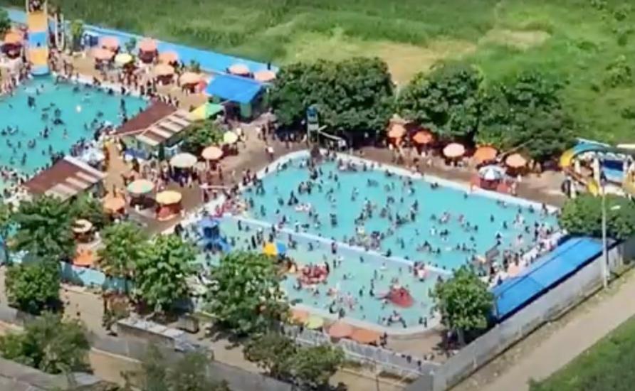 https: img.okezone.com content 2021 05 24 608 2414904 pengunjung-membeludak-kolam-renang-di-deli-serdang-ditutup-paksa-ckSZg98iYJ.jpg