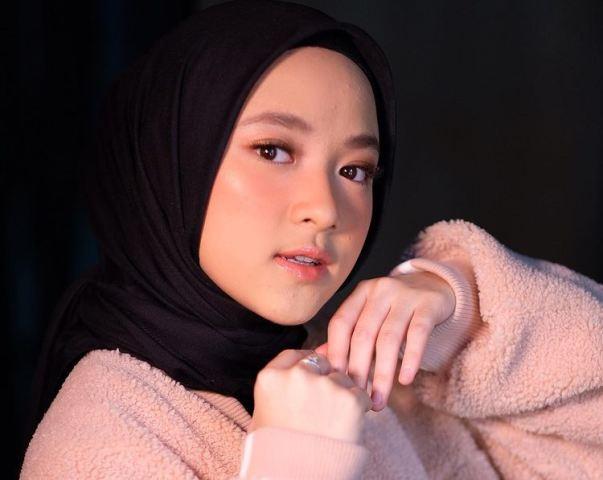 https: img.okezone.com content 2021 05 24 617 2414557 4-ootd-hijab-ala-nissa-sabyan-manis-dan-stylish-bp8EN6rrSR.jpg
