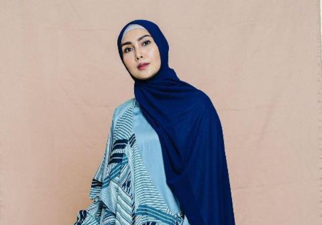 https: img.okezone.com content 2021 05 24 617 2414597 5-inspirasi-ootd-hijab-fenita-arie-simpel-dan-ceria-ENG1FwAMu0.jpg