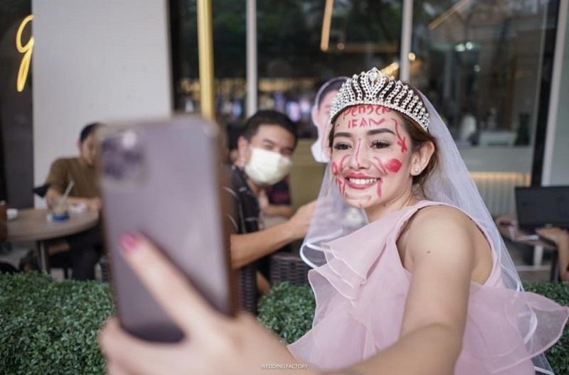https: img.okezone.com content 2021 05 25 33 2415059 bridal-shower-unik-ala-citra-monica-keliling-mal-dengan-wajah-penuh-coretan-qg498c7BSV.jpg