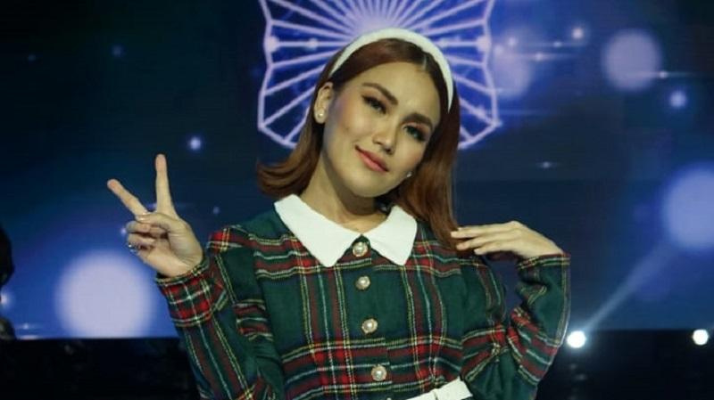 https: img.okezone.com content 2021 05 25 598 2415398 makin-muda-intip-gaya-ayu-ting-ting-di-rising-star-indonesia-dangdut-x9x4ruKpNc.jpg