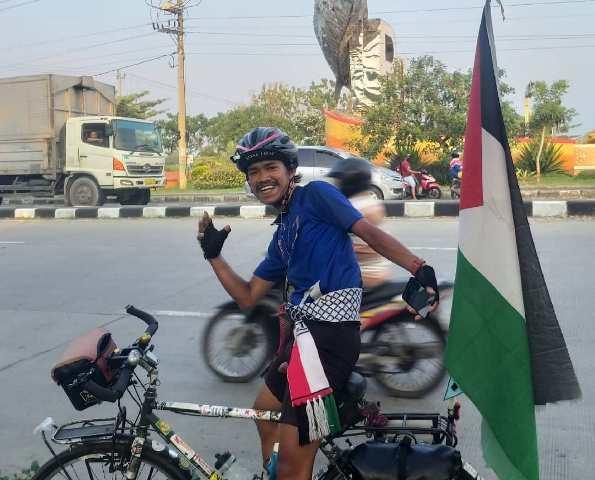 https: img.okezone.com content 2021 05 25 614 2415172 masya-allah-pesepeda-ini-gelar-ekspedisi-1-000-km-demi-bantu-palestina-SkcAi4DAEz.jpg