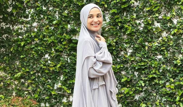 https: img.okezone.com content 2021 05 25 617 2415007 4-potret-gaya-hijab-shireen-sungkar-syari-dan-modis-5vtkEcsJgl.jpg