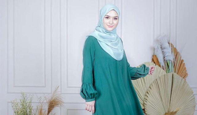 https: img.okezone.com content 2021 05 25 617 2415123 4-potret-gaya-hijab-cantik-citra-kirana-yang-sukses-turunkan-berat-badan-21-kg-oehxN2caCs.jpg