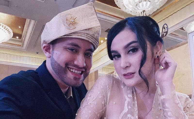 https: img.okezone.com content 2021 05 26 33 2415813 cara-elegan-kevin-aprilio-sindir-aldi-taher-soal-poligami-Sk7ZTUmpqM.jpg