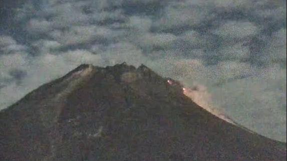 https: img.okezone.com content 2021 05 26 510 2415652 dini-hari-gunung-merapi-4-kali-muntahkan-wedus-gembel-hingga-1-8-km-cMsHHKXA4P.JPG