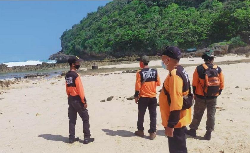 https: img.okezone.com content 2021 05 26 519 2415805 tiga-wisatawan-pantai-batu-bengkung-ditelan-ombak-saat-selfie-satu-ditemukan-tewas-8OKiaeyBlR.JPG