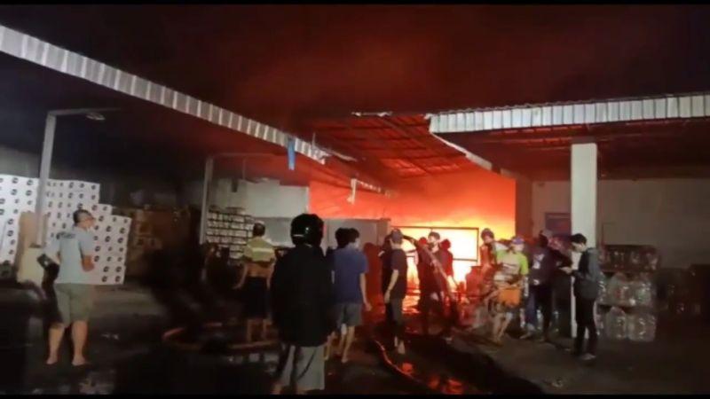 https: img.okezone.com content 2021 05 26 525 2415601 gudang-kasur-busa-di-cirebon-kebakaran-oxOc520uzQ.jpg