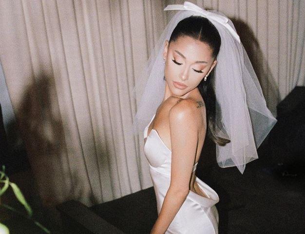 https: img.okezone.com content 2021 05 27 194 2416020 cerita-unik-di-balik-gaun-pengantin-putih-ariana-grande-rancangan-vera-wang-FY0785bFgM.jpg