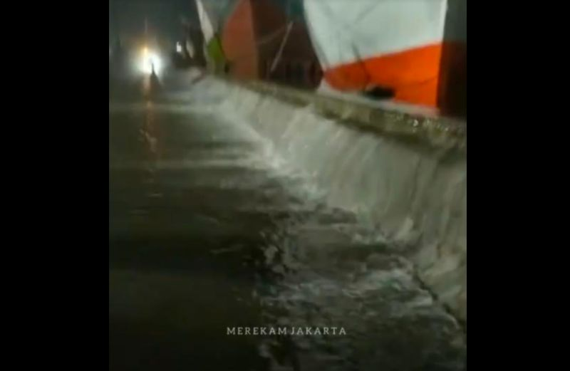 https: img.okezone.com content 2021 05 27 338 2415956 gerhana-bulan-total-pelabuhan-sunda-kelapa-diterjang-banjir-rob-wVn8nLFptb.jpg