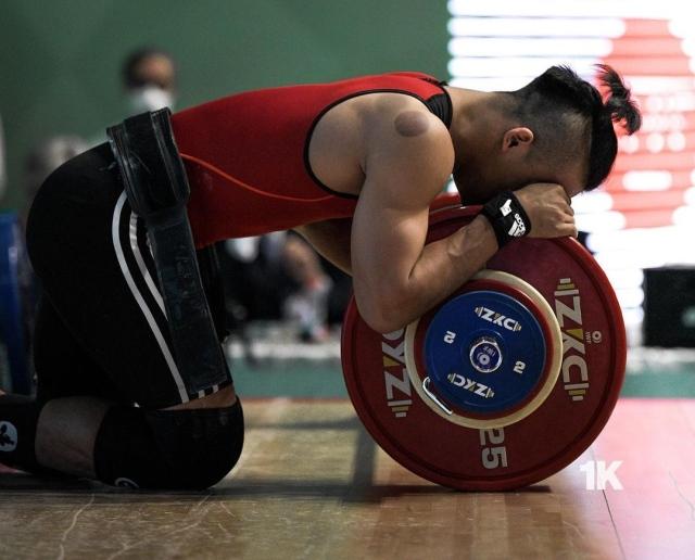 https: img.okezone.com content 2021 05 27 43 2416374 atlet-angkat-besi-rizky-juniansyah-raih-3-emas-dan-pecahkan-tiga-rekor-di-kejuaraan-dunia-nxYl31EuZ9.jpg
