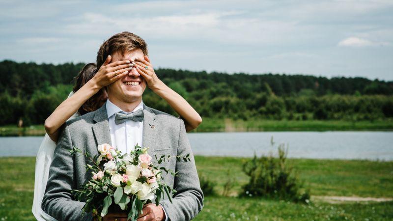 https: img.okezone.com content 2021 05 27 612 2416377 viral-pengantin-pria-kena-prank-sahabatnya-nyamar-jadi-pengantin-perempuan-rwEetkPBGB.jpg